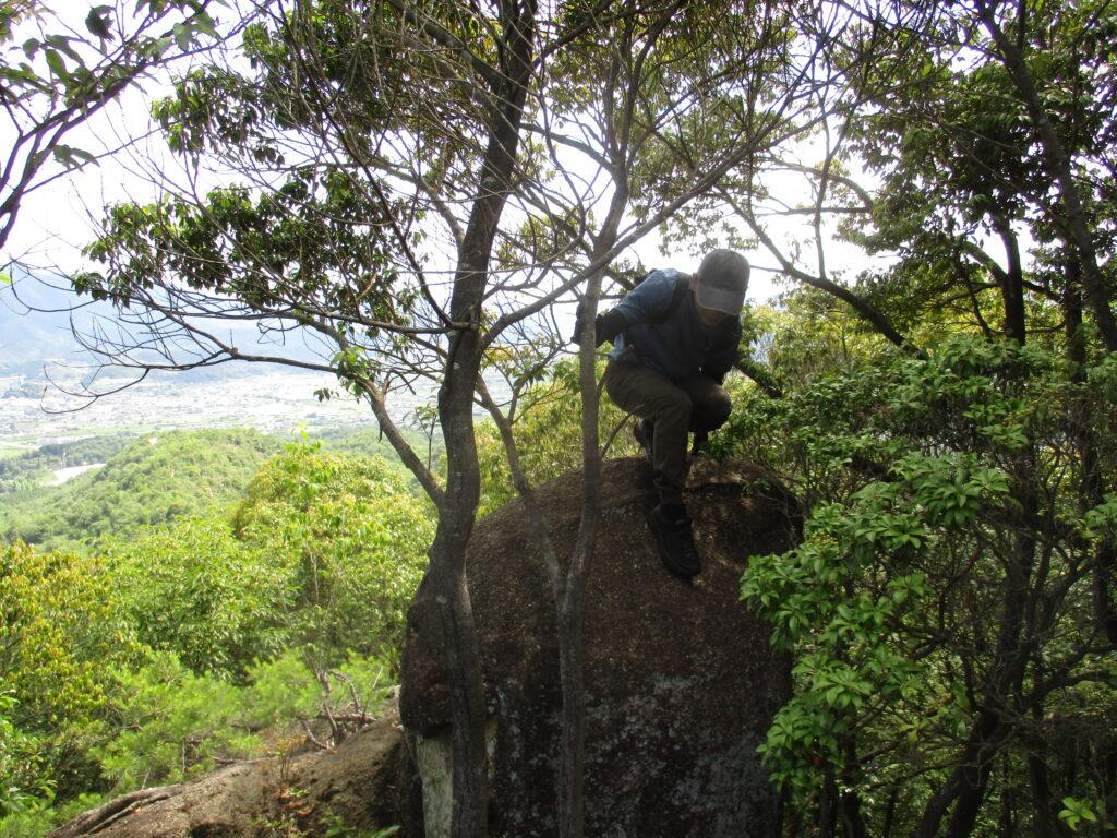 岩を降りる男