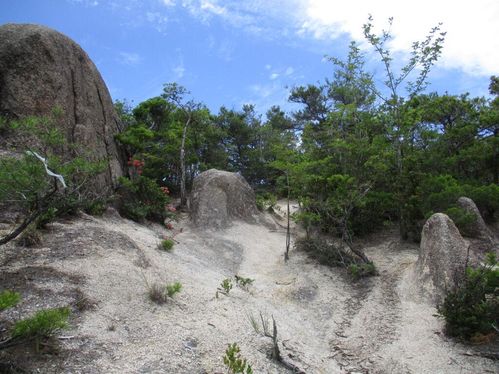 大黒山山頂手前の大岩