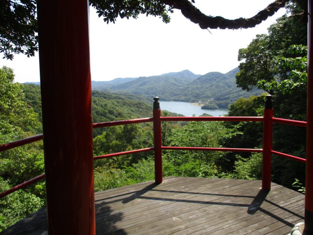 鳥居から中山川ダムの景色