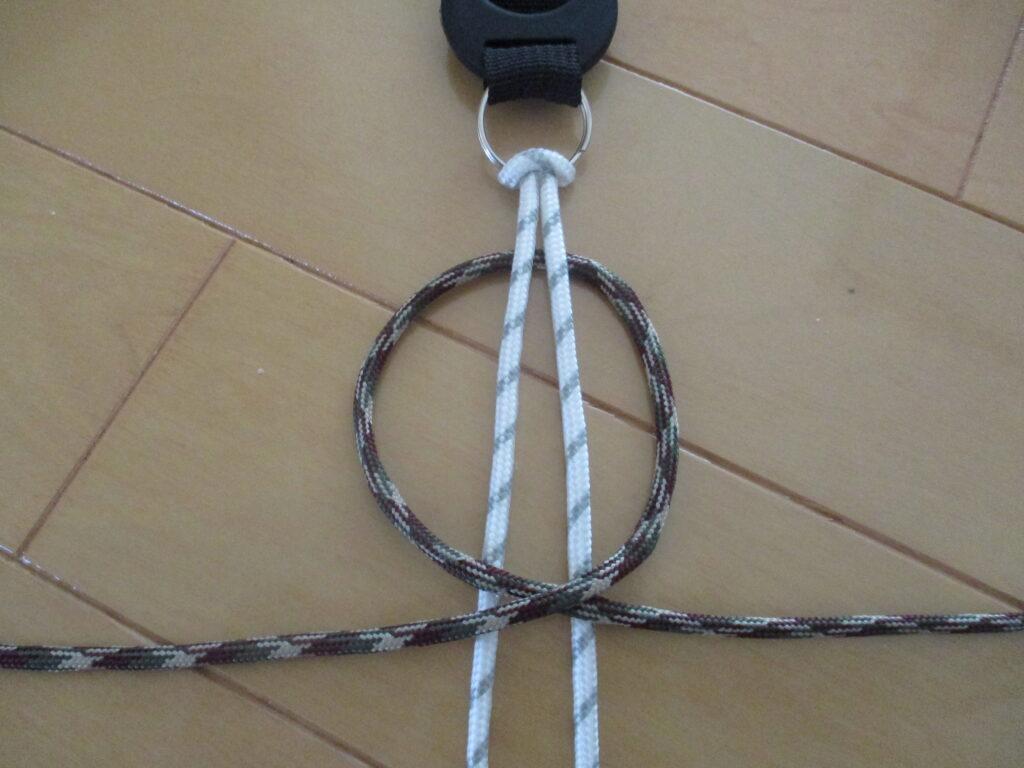 2.結び紐で右上の輪を作る