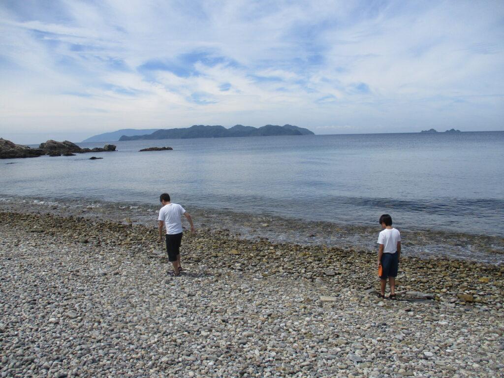 キャンプサイト下の海岸を歩いてみる