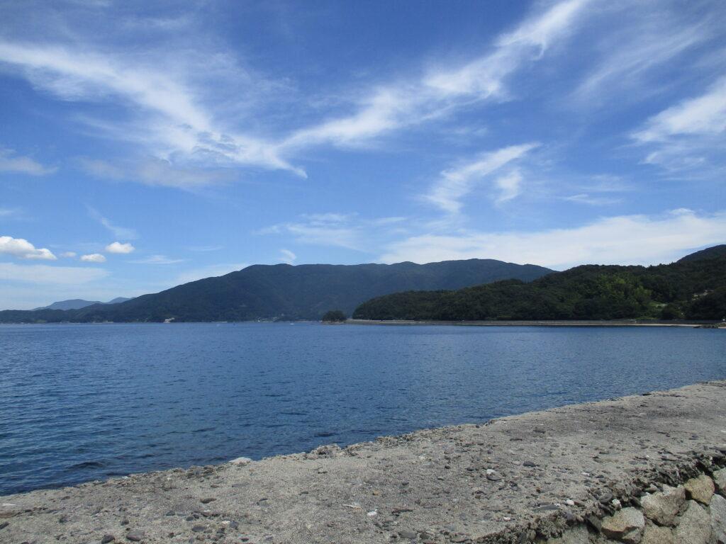 上関町の長島から見る皇座山
