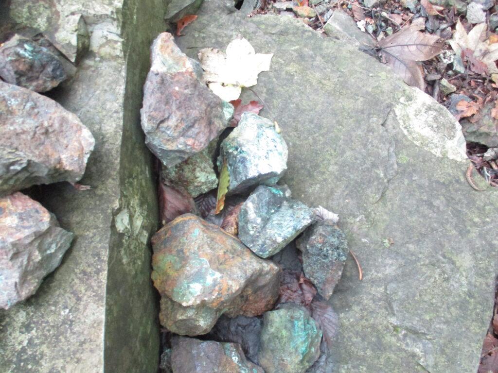 ケルンに積まれた石が青い